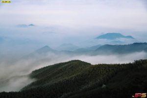 วิวภูเขาในตอนเช้ามีหมอกเล็กน้อย